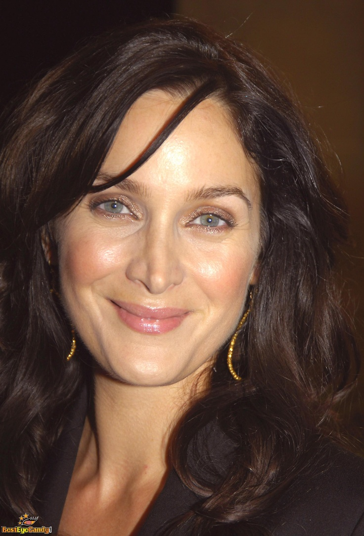 Carrie Anne Moss Hair Color Hair Colar And Cut Style